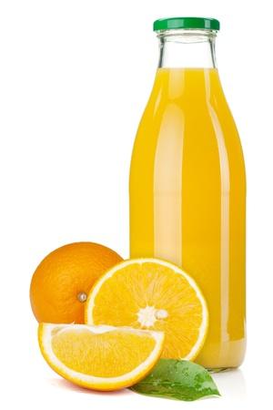 jus orange glazen: Sinaasappelsap glazen fles en sinaasappelen. Geà ¯ soleerd op witte achtergrond