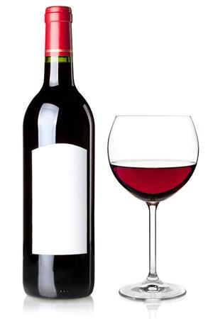 bouteille de vin: Vin rouge en bouteille avec �tiquette vierge et de verre. Isol� sur fond blanc Banque d'images