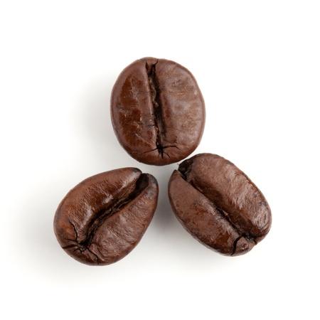 granos de cafe: Tres de los granos de café. Aislados en fondo blanco Foto de archivo