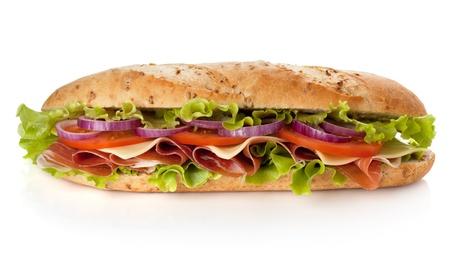 bocadillo: Largo s�ndwich de jam�n, queso, tomate, cebolla y lechuga. Aislados en blanco Foto de archivo