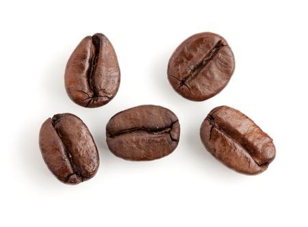 grains of coffee: Cinco de los granos de caf�. Aislados en fondo blanco
