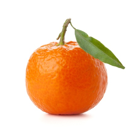 Tangerine maturi con foglia verde. Isolated on white