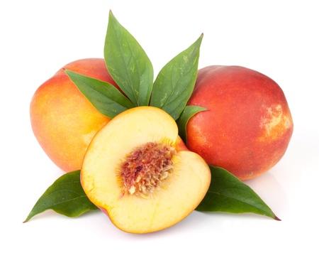 durazno: Frutos maduros de duraznos con hojas verdes. Aisladas sobre fondo blanco Foto de archivo