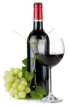 bouteille de vin: Verre de vin rouge, des bouteilles et des raisins. Isol� sur fond blanc Banque d'images