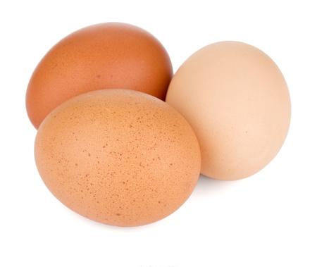 gallina con huevos: Tres huevos. Aislado sobre fondo blanco Foto de archivo