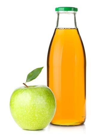 Jugo de manzana en una botella de vidrio y manzana madura. Aislado sobre fondo blanco Foto de archivo