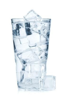 bebidas frias: Vidrio de agua pura con cubitos de hielo. Aislado sobre fondo blanco