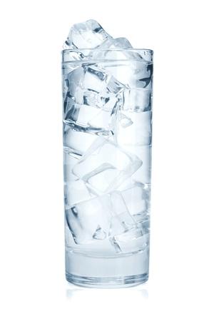 acqua vetro: Un bicchiere di acqua pura con cubetti di ghiaccio. Isolato su sfondo bianco