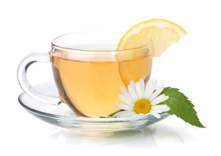 Kopje thee met een schijfje citroen, muntblaadjes en kamille bloem. Geà ¯ soleerd op witte achtergrond