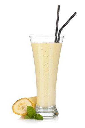 licuado de platano: Batido de plátano con leche pajas menta y beber. Aislado sobre fondo blanco