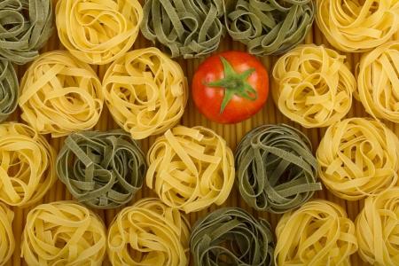 italienisches essen: Italienischen Farben Pasta Hintergrund mit Tomaten Lizenzfreie Bilder