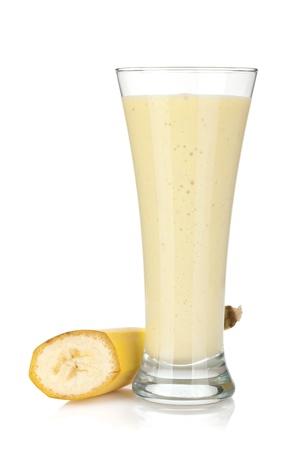 licuado de platano: Batido de leche Banana. Aislado sobre fondo blanco