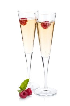 Champagne con il lampone. Isolato su sfondo bianco