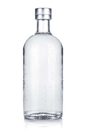 bebidas alcoh�licas: Botella de vodka ruso. Aislado sobre fondo blanco