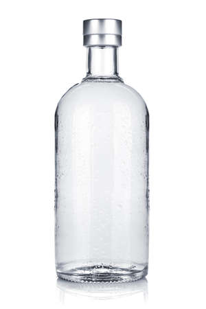 botella de licor: Botella de vodka ruso. Aislado sobre fondo blanco
