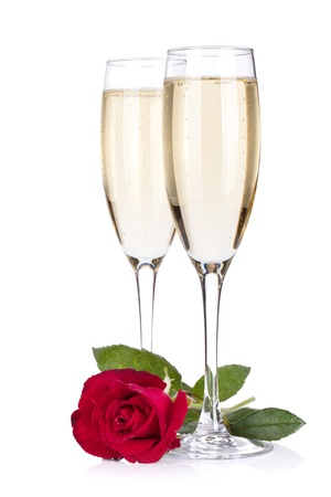 anniversario di matrimonio: Due bicchieri di champagne e rosa. Isolato su sfondo bianco