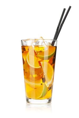 té helado: Vidrio de té helado con limón y lima. Aislado en el fondo blanco Foto de archivo