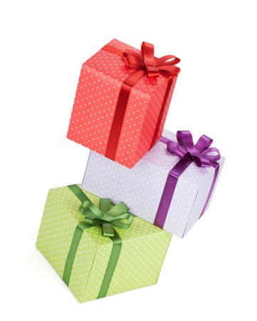 three gift boxes: Tres cajas de regalo con la cinta y el arco. Aislado sobre fondo blanco