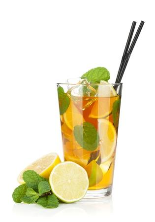 té helado: Vaso de té helado con limón, lima y menta. Aislado sobre fondo blanco