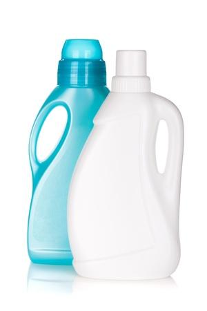 productos quimicos: Botellas de plástico de productos de limpieza. Aislado sobre fondo blanco