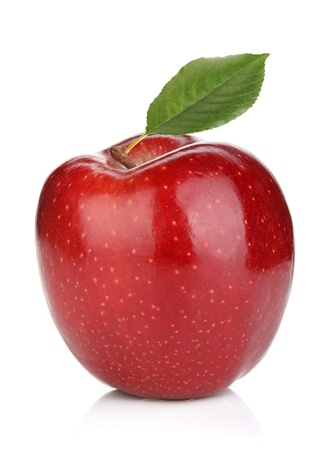 manzana roja: Ripe manzana roja con hoja verde. Aislado sobre fondo blanco