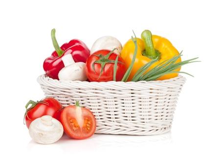 Verduras frescas y setas en la cesta. Aislado en el fondo blanco photo