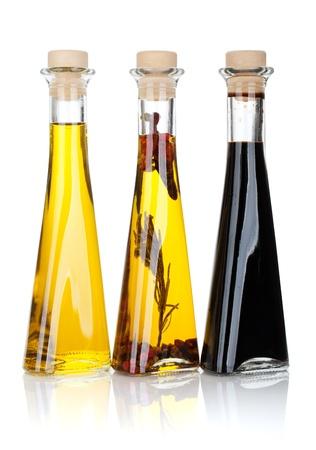 aceite de cocina: Aceite de oliva y botellas de vinagre. Aislado sobre fondo blanco