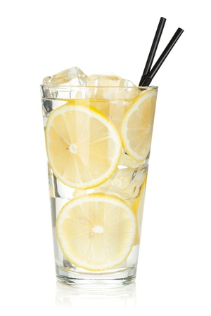 Glas limonade met schijfjes citroen. Geïsoleerd op witte achtergrond Stockfoto
