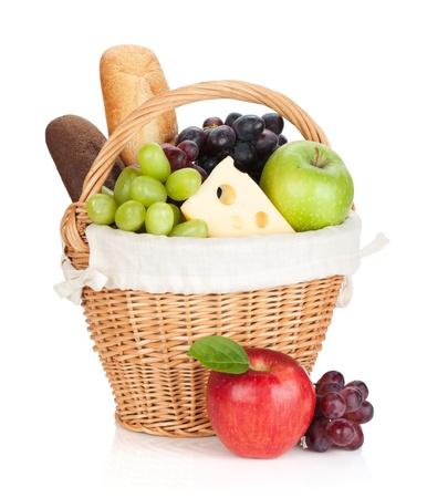 canasta de frutas: Cesta de picnic con pan y frutas. Aislado en el fondo blanco