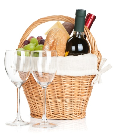 canasta de panes: Cesta de picnic con pan, queso, uvas, botellas de vino y dos copas. Aislado en el fondo blanco