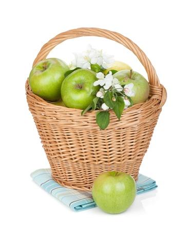 canastas con frutas: Frescas manzanas verdes maduras en cesta. Aislado en el fondo blanco Foto de archivo