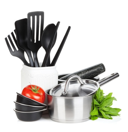utencilios de cocina: Utensilios de cocina, tomate y hojas de menta. Aislado en el fondo blanco Foto de archivo