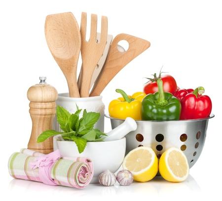 utencilios de cocina: Verduras frescas maduras, condimentos y utensilios de cocina. Aislado en el fondo blanco
