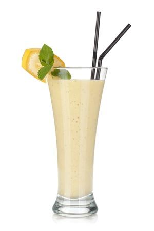 licuado de platano: Batido de pl?tano con leche pajas menta y beber. Aislado sobre fondo blanco Foto de archivo