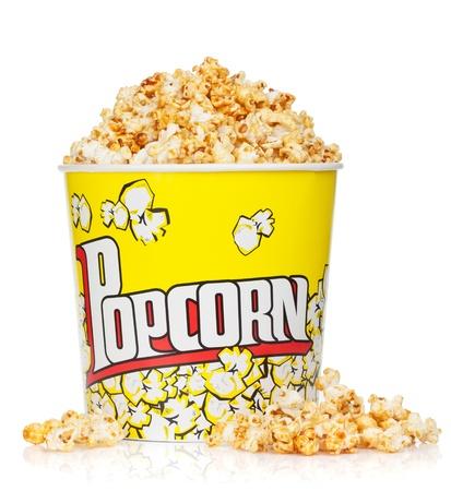 popcorn: Scatola di popcorn. Isolato su sfondo bianco