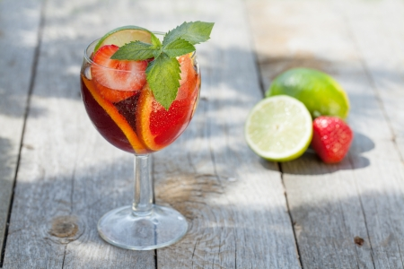 Refreshing fruit sangria (punch) on wood table 版權商用圖片