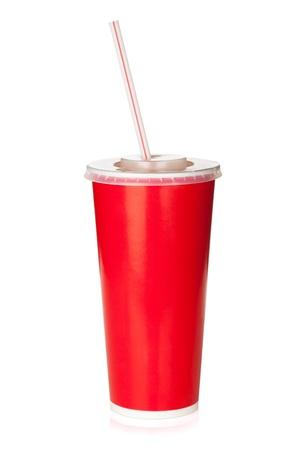 drinking straw: Bicchiere di carta rossa con la cannuccia. Isolato su sfondo bianco