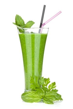 キュウリと緑の野菜ジュース。白い背景に分離