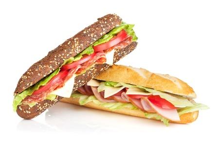 고기와 야채와 신선한 샌드위치. 흰색 배경에 고립