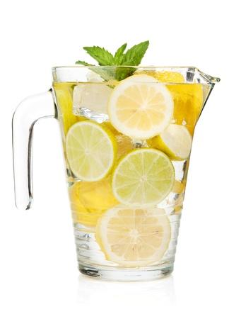 lima limon: Jarra con limonada casera. Aislado en el fondo blanco