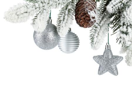 Dennenboom tak met kerst decor bedekt met sneeuw. Geà ¯ soleerd op witte achtergrond Stockfoto