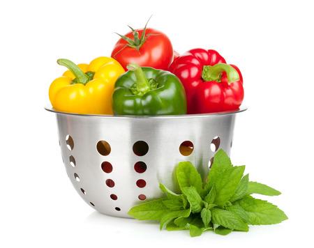 新鮮な熟した野菜ザルとミントの葉。白い背景に分離 写真素材