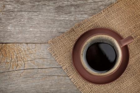 tazas de cafe: Taza de café en la textura de la mesa de madera. Vista desde arriba