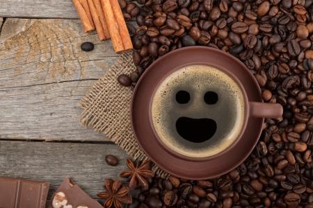 granos de cafe: Taza de café, especias y chocolate en la mesa de madera de textura con copia espacio. Vista desde arriba