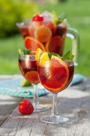Erfrischende Obst-Sangria (Stempel) auf Holz Tisch