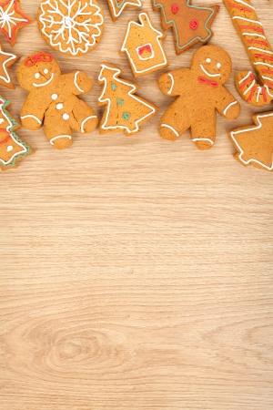 galletas de jengibre: Hecho en casa varias galletas de jengibre de Navidad sobre fondo de madera con espacio de copia Foto de archivo