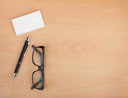 Blanco visitekaartjes met pen en een bril op houten bureau tafel met een kopie ruimte Stockfoto