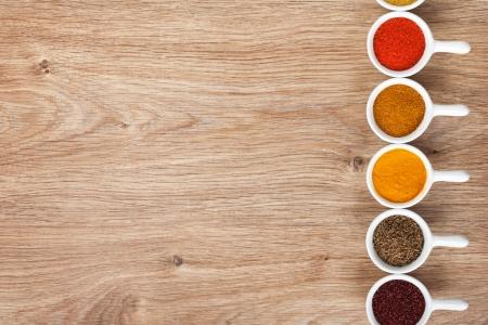 indian spices: Verschillende kruiden selectie op houten tafel