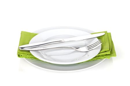 cubiertos de plata: Platería o juego de cubiertos de tenedor, cuchara y cuchillo en placas. Aislado en el fondo blanco Foto de archivo