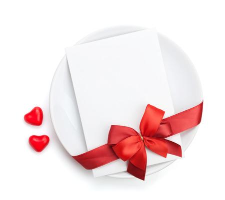 Jour de lettre d'amour de Saint-Valentin sur la plaque avec l'arc rouge. Isol� sur fond blanc Banque d'images - 24951755